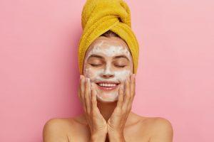 Cómo cuidar la piel grasa deshidratada