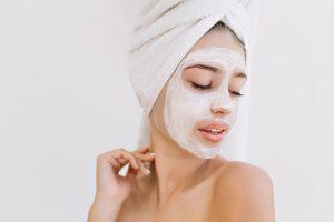 La técnica correcta para limpiarse la cara